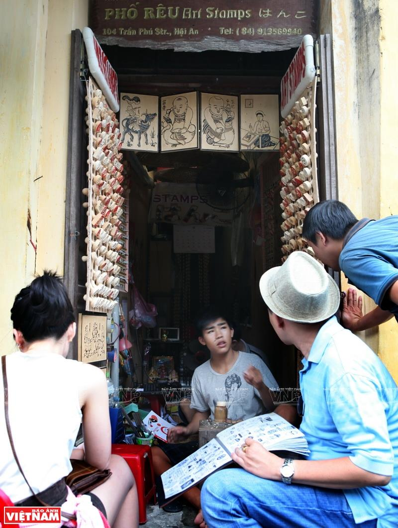 Seal sculpting shop in the centre of Hoi An ancient town (Photo: VNA)