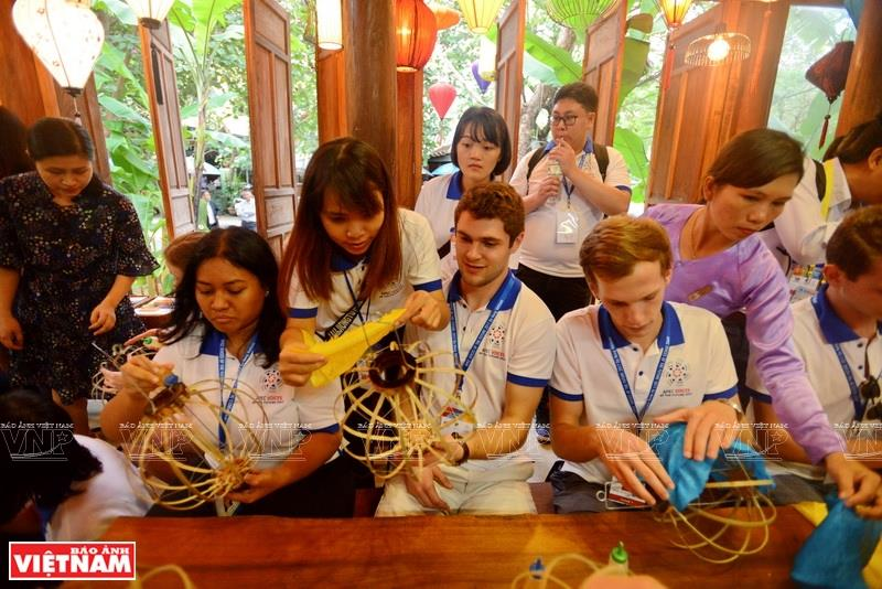 International visitors experience how to make Hoi An traditional lanterns (Photo: VNA)