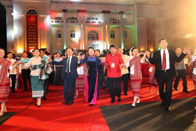 National Assembly Chairwoman Nguyen Thi Kim Ngan and her Lao counterpart Pany Yathotou attend the opening ceremony of the second Vietnam-Laos border area culture, sports and tourism exchange in Son La, July 5, 2017 (Photo: VNA)