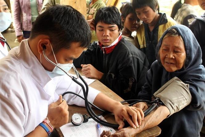 Ho Chi Minh City's volunteer doctors provide medical check-ups for disadvantaged people in Tang Doi village, Dak Chung district, Sekong province (Laos) (Photo: VNA)