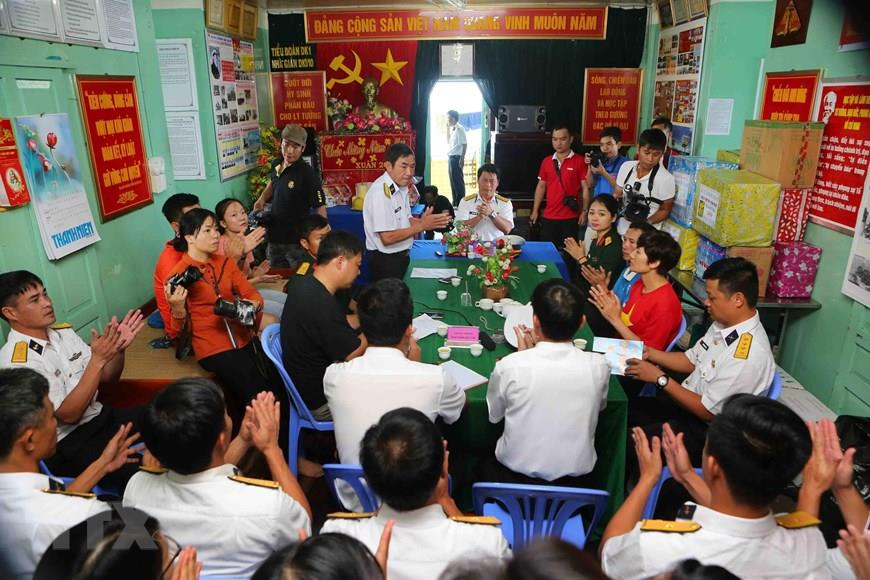 Colonel Huynh Vinh Tuyen, Deputy Commander of Naval Region 2 and the working group wish officials and soldiers of DK1/10 rig a happy Lunar New Year, January 2019 (Photo: VNA)