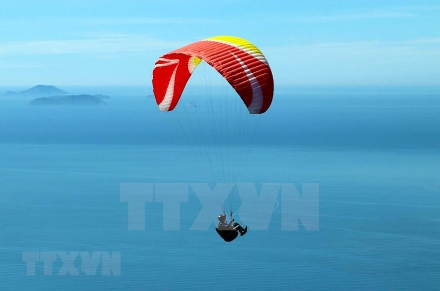 Paragliding has been gaining attention from Vietnamese athletes because of the beauty of the sky and the opportunity to admire the breathtaking scenery of the sea, mountains and nature from apanoramic view (Photo: VNA