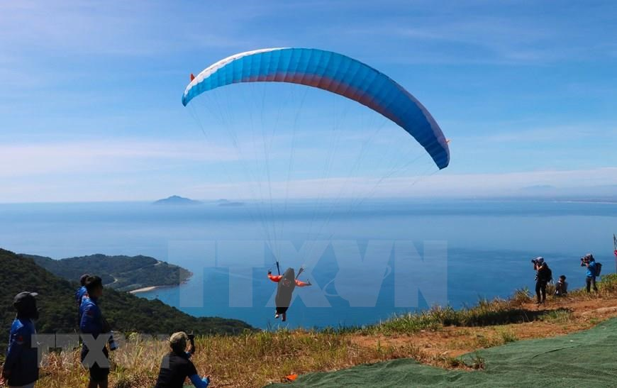 The top of Son Tra Mountain is considered to be among the most beautiful flying destinations in Vietnam, making Son Tra Peninsula an ideal spot for paragliders (Photo: VNA)<br />