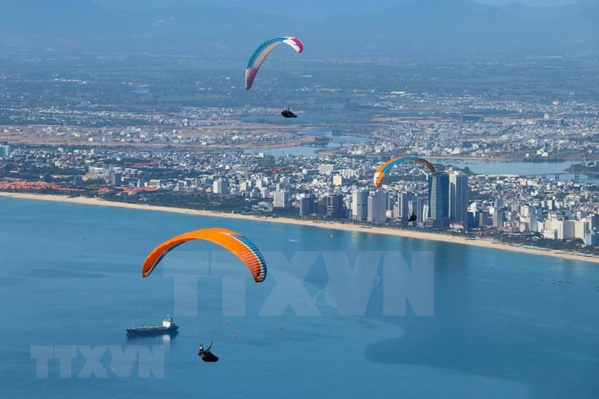 Paragliding has been gaining attention from Vietnamese athletes because of the beauty of the sky and the opportunity to admire the breathtaking scenery of the sea, mountains and nature from apanoramic view (Photo: VNA)