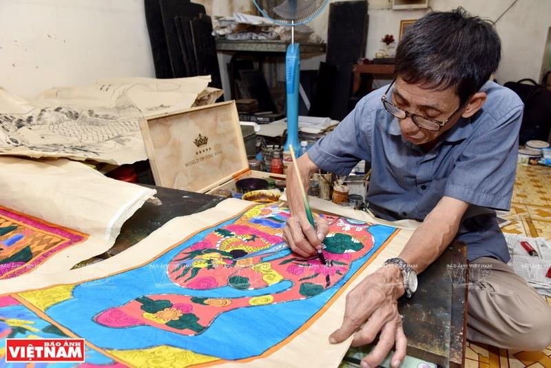 Artisan Le Dinh Nghien is recognised as the last artist to paint by woodblocks in Hang Trong, an ancient street by Sword Lake in downtown Hanoi (Photo: VNA)