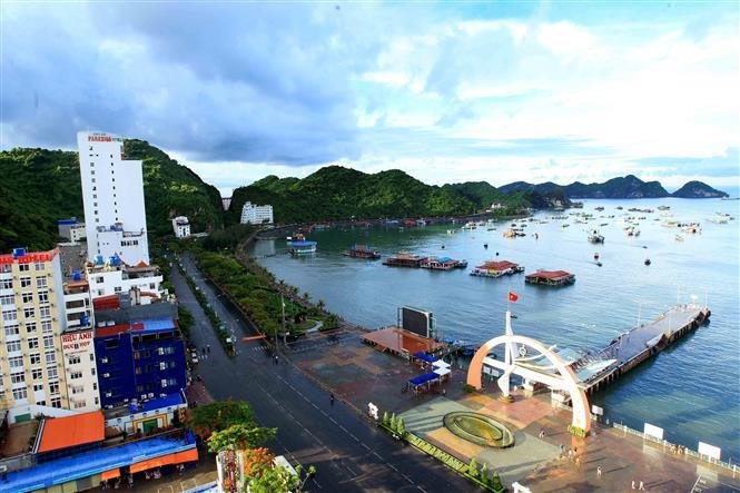 Cat Ba Island is one of the only populated islands in greater Ha Long Bay, with roughly 13,000 inhabitants living in six different communes and 4,000 more inhabitants living on floating fishing villages off the coast (Photo: VNA)