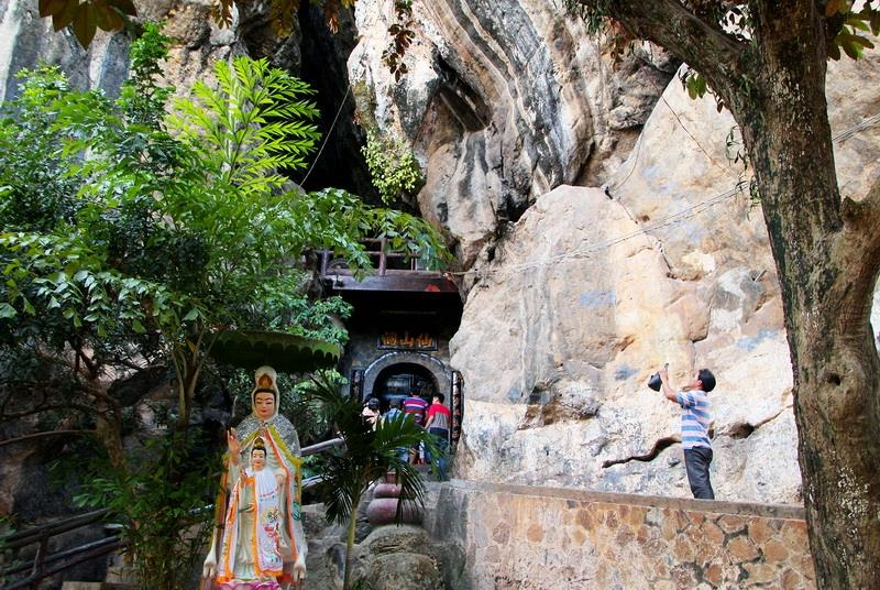 Tien Son pagoda, which was built of wood in 1790, is located inside Thach Dong cave (Photo: VNA)
