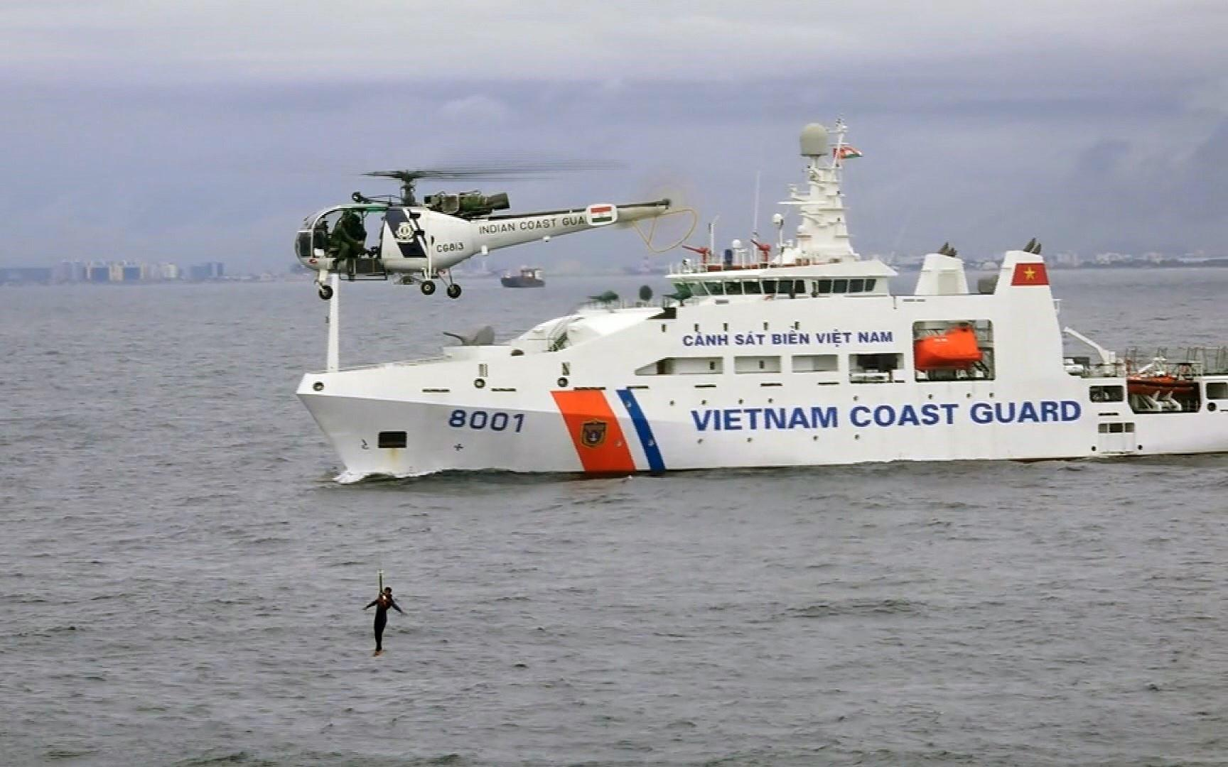 Vietnam's Coast Guard ship 8001 (under the Command of Coast Guard Region 3) takes part in a joint drill on hostage rescue with Indian Coast Guard in Bengal Bay off the coast of Chennai, Tamil Nadu state of India, October 4, 2018 (Photo: VNA)