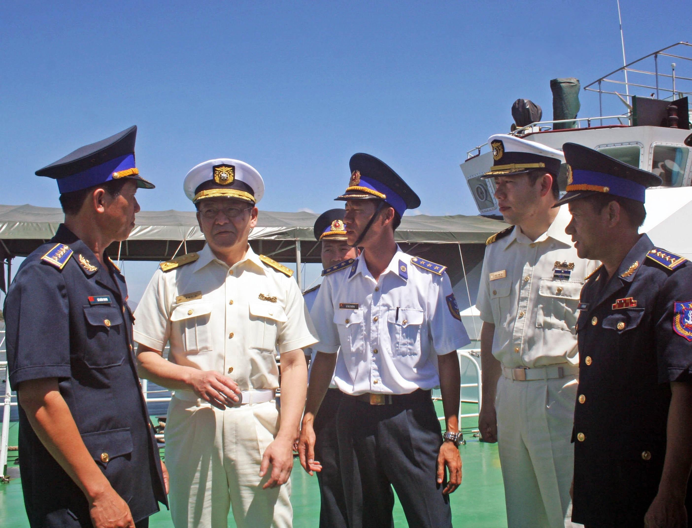 A Japan Coast Guard delegation, led by Vice Admiral Kiyoshi Saishoji, Director General of the Guard and Rescue Department, pays a working visit to Coast Guard Region 3 in Ba Ria-Vung Tau province to exchange experiences on coastal patrol, law enforcement, pirate fighting, search and rescue as well as maritime safety, February 28, 2013 (Photo: VNA)