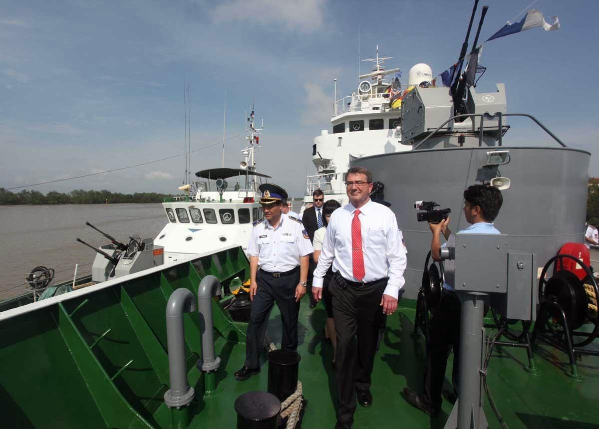 US Secretary of Defense Ashton Carter visits Coast Guard vessel 8003 as part of his visit to Command of Coast Guard Region 1 in Hai Phong city, May 31, 2015 (Photo: VNA)