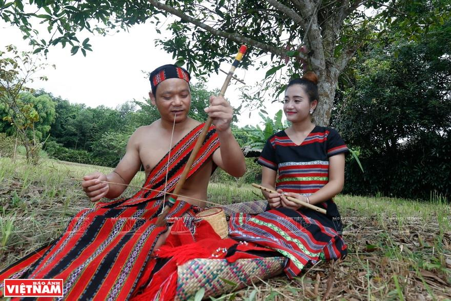 Ta Oi gentlemen impress ladies with their singing or music playing performances (Photo: VNA)