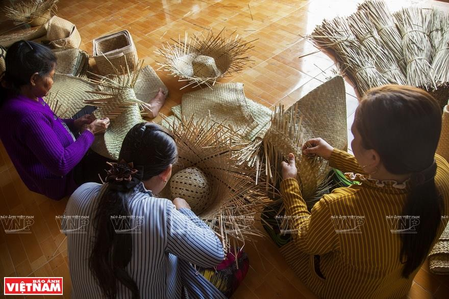 Khmer women make grey-sedge handicrafts together in Phu My commune (Photo: VNA)