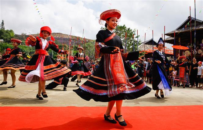More than 6,000 foreign and domestic tourists join in the dance together with some 600 local ethnic minority people playing as pole holders to keep the dance's rhythm (Photo: VNA/VNP)