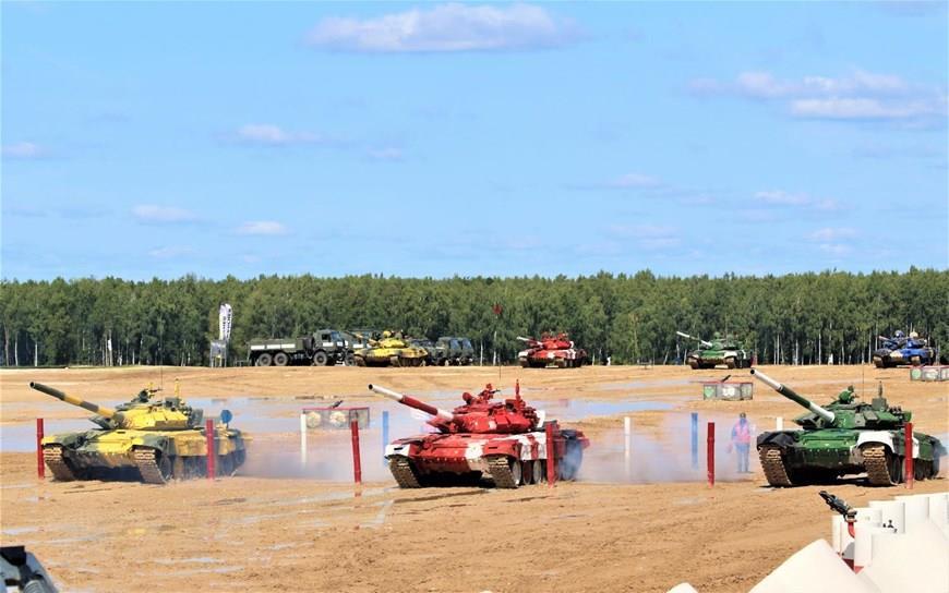 Vietnamese tank crew (red) at the semifinal (Photo:VNA)
