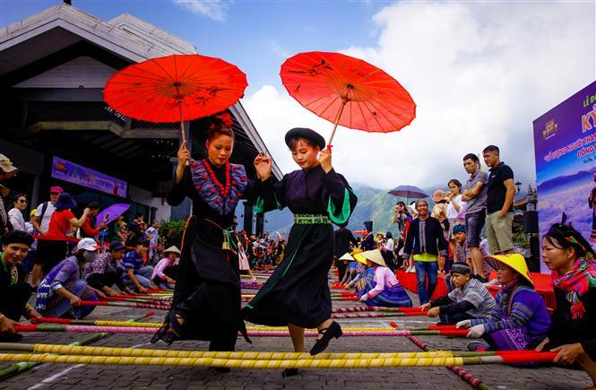 Tourists and artists join in the dance (Photo: VNA/VNP)