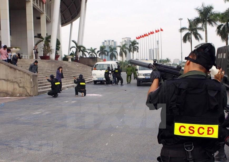 Hanoi Mobile Police force's rehearsal to protect and rescue hostages from terrorists (Photo: VNA)
