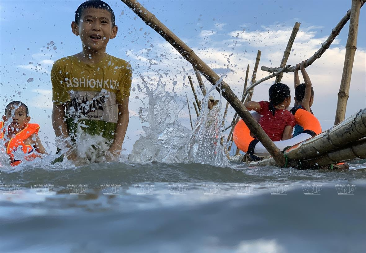 Swimming class on the local river brings joy to the kids during summer. It is also an effective way to reduce drowning cases among children (Photo:VNA/VNP)