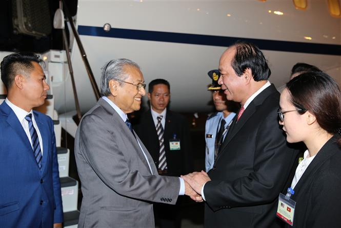 Malaysian Prime Minister Mahathir Mohamad is welcomed at Noi Bai International Airport in Hanoi by Deputy Prime Minister Mai Tien Dung (Photo:VNA)