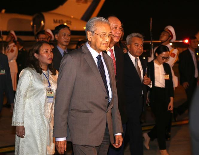 Malaysia Mahathir Mohamad is welcomed at Noi Bai International Airport in Hanoi (Photo:VNA)