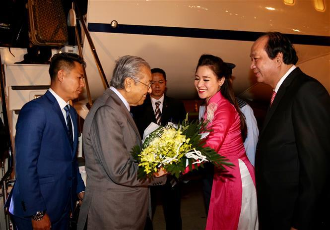 Malaysian Prime Minister Mahathir Mohamad is welcomed at Noi Bai International Airport in Hanoi (Photo:VNA)