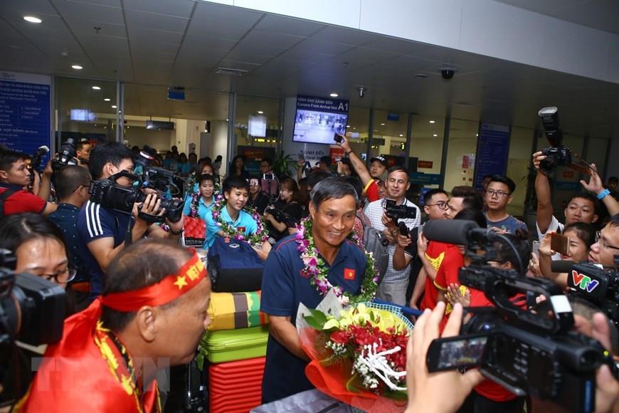 Football fans welcome the national women's football team at Noi Bai International Airport (Photo:VNA)