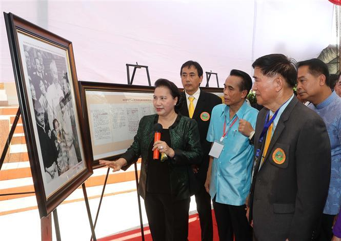 National Assembly Chairwoman Nguyen Thi Kim Ngan presents a photo of Ho Chi Minh to the government of Udon Thani province (Photo:VNA)