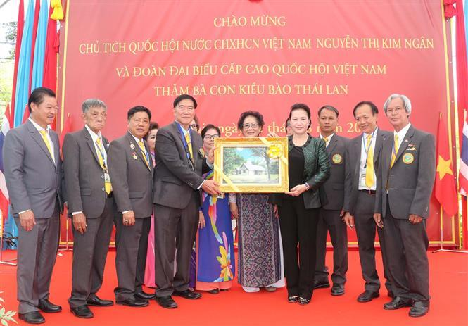 National Assembly Chairwoman Nguyen Thi Kim Ngan presents gift to the Vietnamese community in Udon Thaini province (Photo:VNA)