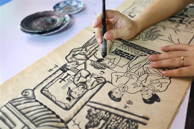 Apart from the beauty of lines and layouts, the folk feature of Dong Ho painting also lays on its color and paper; both are handmade and derived from materials available in nature (Photo:VNA)
