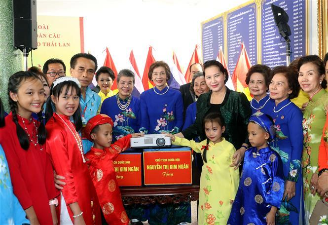 Chairwoman of the National Assembly Nguyen Thi Kim Ngan presents gift to Vietnamese students and people in Udon Thani province (Photo:VNA)