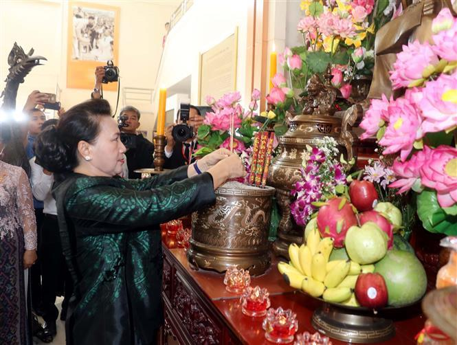 National Assembly Chairwoman Nguyen Thi Kim Ngan offers incense at a memorial to President Ho Chi Minh in Udon Thani province, where he lived and worked in 1928 during his journey for national salvation (Photo:VNA)