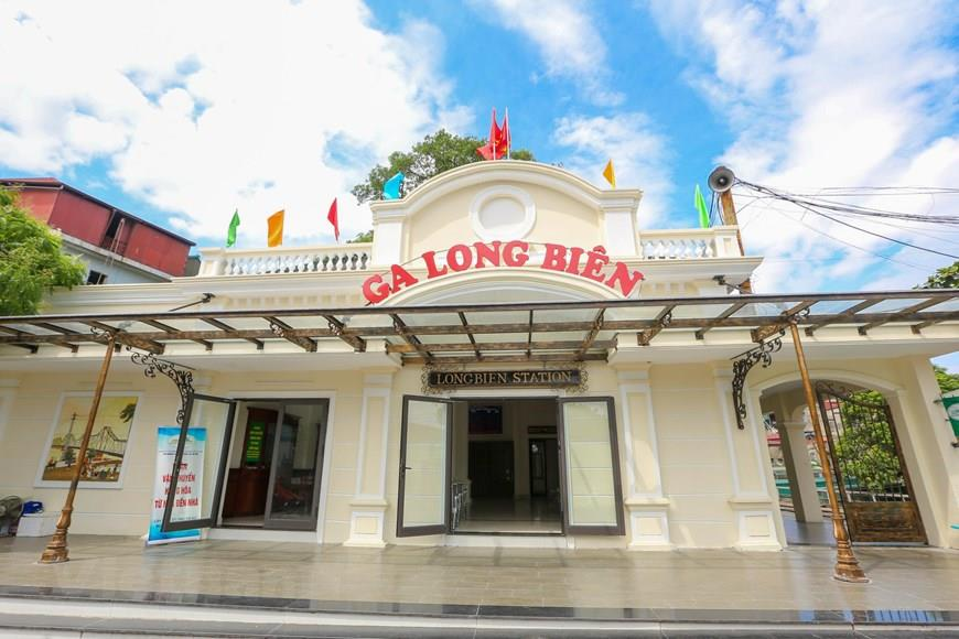In recent days, many people passing by the Long Bien Bridge have been surprised to see the station donning new appearance (Photo: VNA)