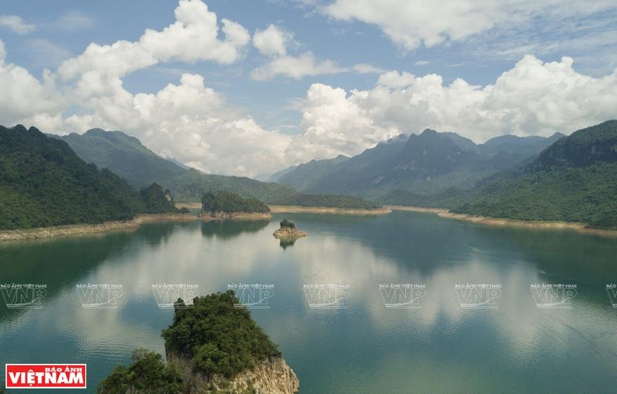 The jade-blue water at Na Hang lake (Photo: VNA)