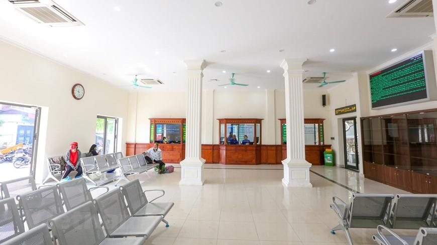 The entire area inside the station is replaced with all the doors, windows with neoclassical architecture with lighting systems, wooden ticketing counters (Photo: VNA)
