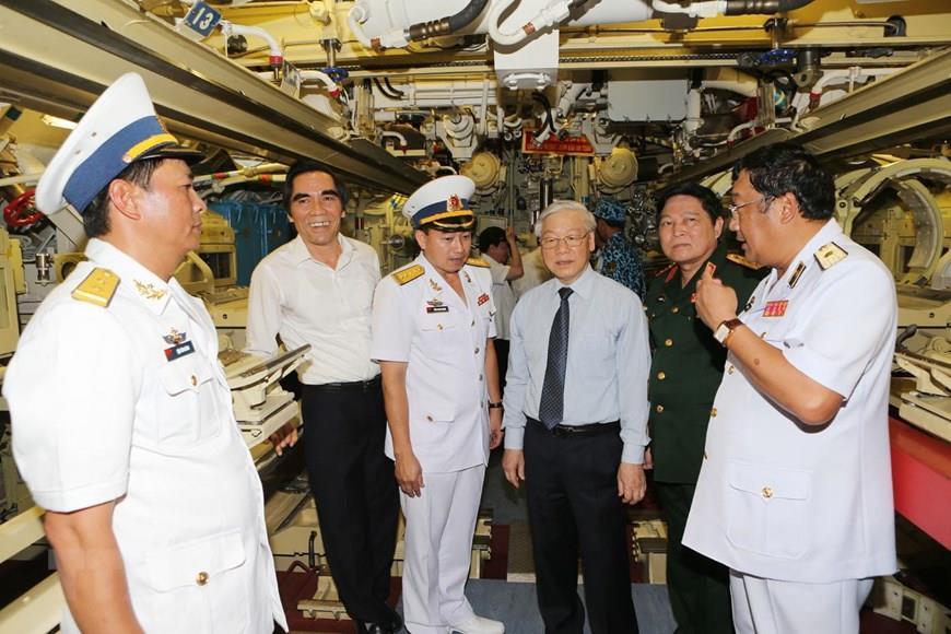 Party General Secretary Nguyen Phu Trong inspects HQ-184 Hai Phong, Canh Ranh port, Khanh Hoa province, May 5, 2016 (Photo: VNA)