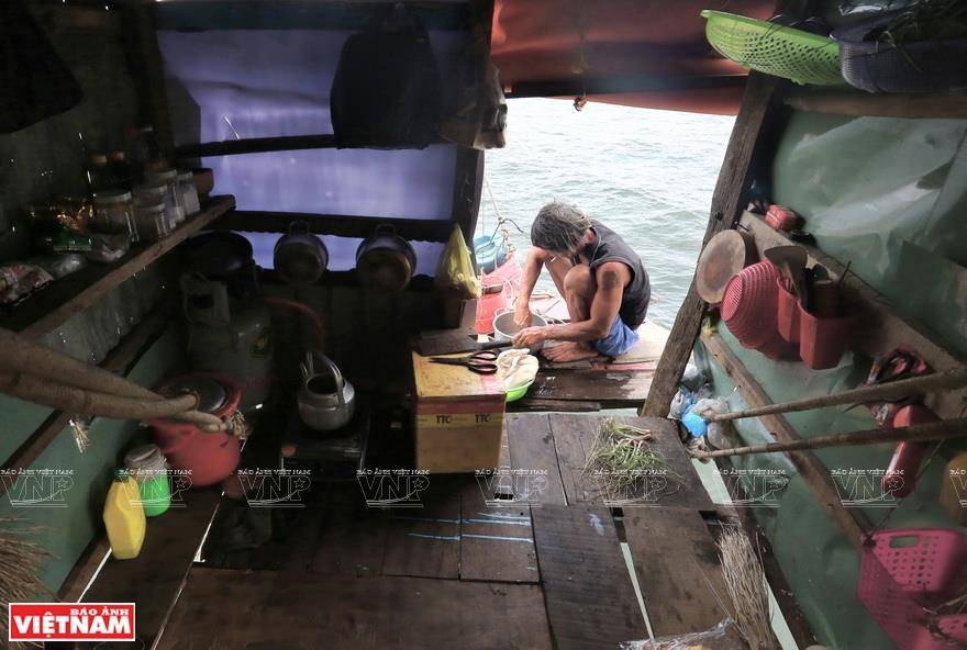Fishermen stay in the stilt houses to monitor the currents to decide when to pull the nets. The only way for the fishermen to move from one stilt house to another is on the rope ties (Photo: VNA)