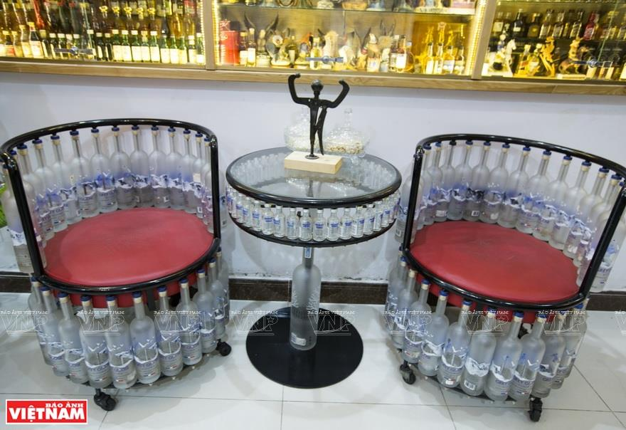 Furniture and decorative items in Binh's home are made from glass bottles (Photo: VNA)
