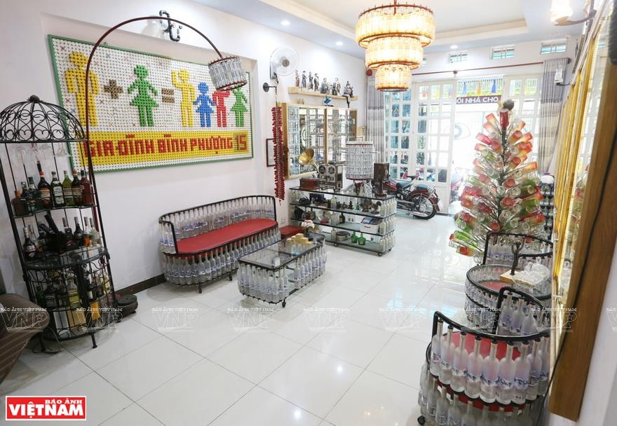 Dinh Nguyen Binh, a 50-year-old man in Ho Chi Minh City, has a hobby of collecting used glass bottles and plastic caps and turning them into decorative objects. His hobby comes from Binh's concern about environmental pollution (Photo: VNA)
