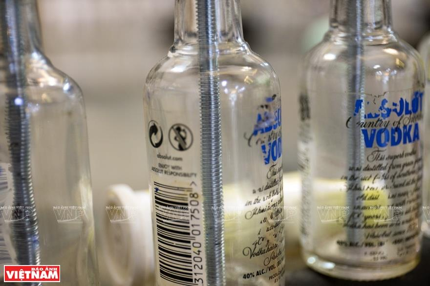 The most difficult job is drilling through the bottom of the bottle. The work required special care, otherwise, the bottles would break (Photo: VNA)