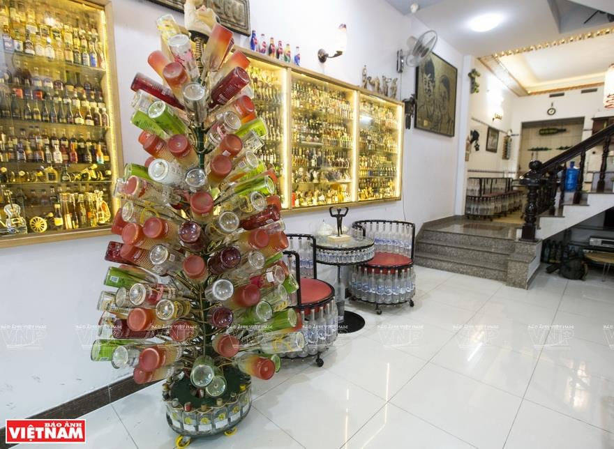 A Christmas tree made from colorful glass bottles (Photo: VNA)