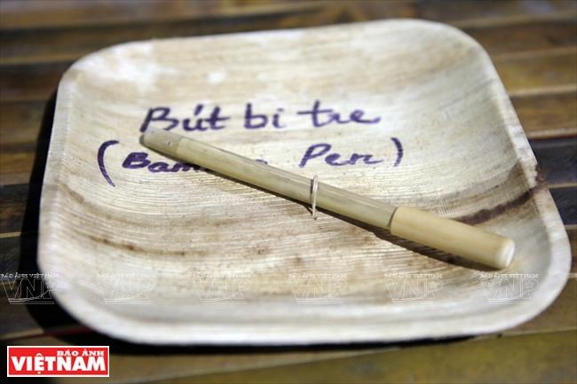 Hon Mu farm also makes products from natural materials such as bamboo spoons, straws and ball point pens (Photo: VNA)