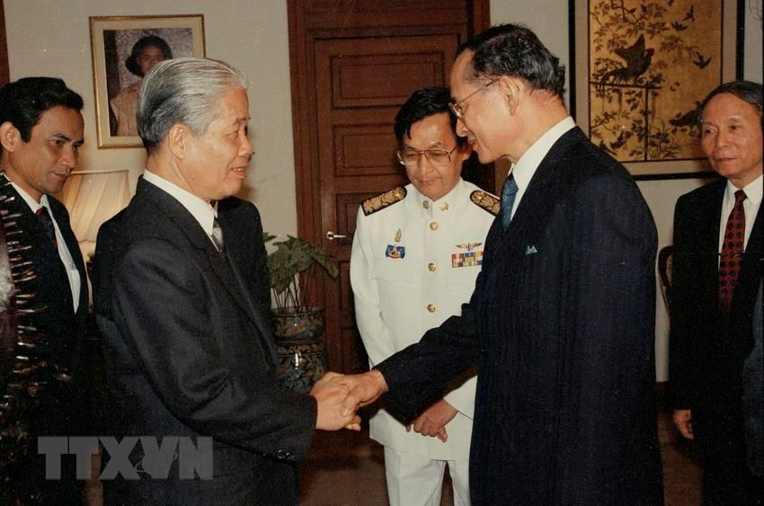 King Bhumibol Adulyadej (R) welcomes Party General Secretary Do Muoi during his official visit to Thailand, October 15-18, 1993 (Photo: VNA)