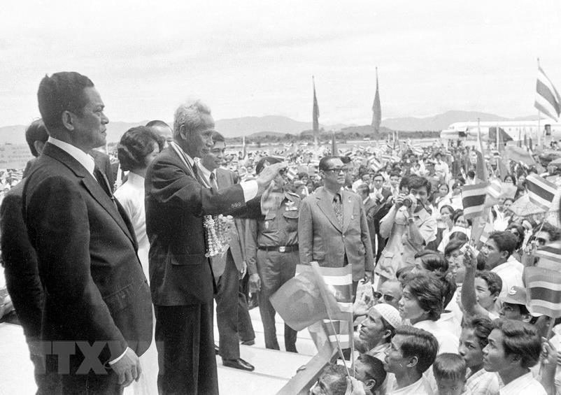 Narathiwat province's people welcome Prime Minister Pham Van Dong (second L) during his official visit to Thailand in 1978. This is the first Thailand visit by a Vietnamese high-ranking leader since the two countries established their diplomatic relations in 1976 (Photo: VNA)