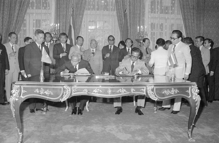 Prime Minister Kriangsak Chomanan and Prime Minister Pham Van Dong sign Vietnam – Thailand Joint Statement after their talks, Bangkok, September 10, 1978 (Photo: VNA)