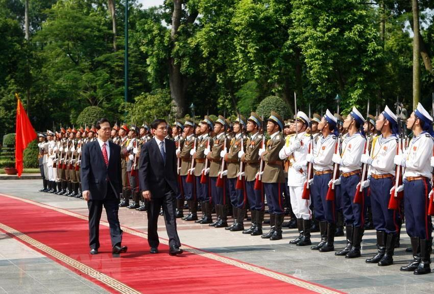 Prime Minister Nguyen Tan Dung (L) hosts the welcome ceremony for Thailand's Prime Minister Abhisit Vejjajiva on his official visit to Vietnam, Hanoi, July 10, 2009 (Photo: VNA)