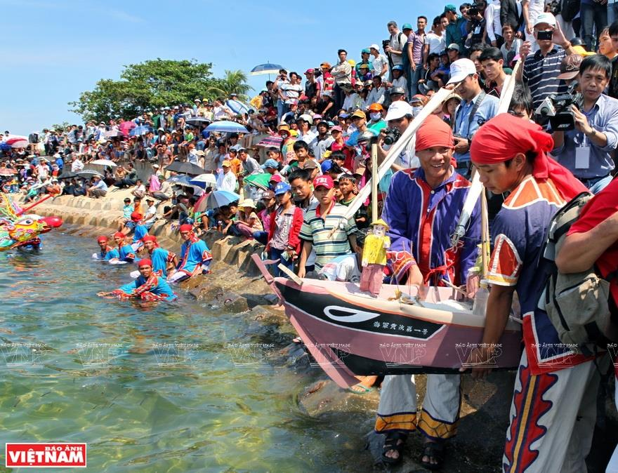 Releasing boat, a ritual at Le khao le the linh Hoang Sa (Feast and Commemoration Festival for Hoang Sa soldiers) (Photo: VNA)