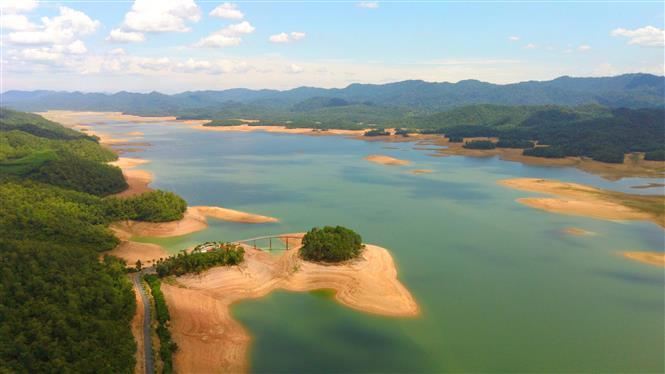 Ke Go Lake is located in the area of 3 districts, namely Cam Xuyen, Ky Anh and Huong Khe in Ha Tinh province (Photo: VNA)