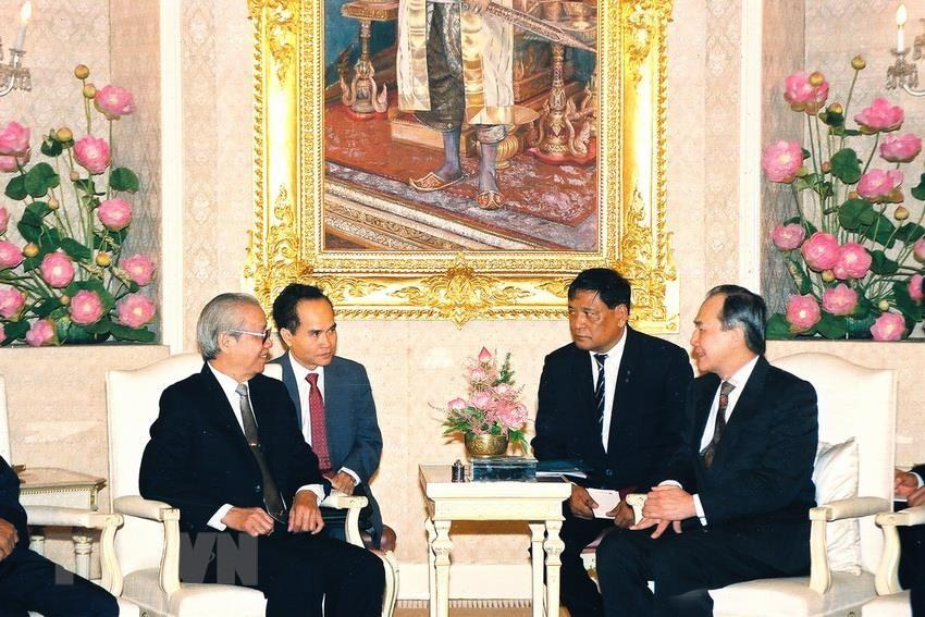 Prime Minister Anand Panyarachun (R) receives Chairman of the Council of Ministers Vo Van Kiet on his official visit to Thailand, Bangkok, October 28, 1991 (Photo: VNA)