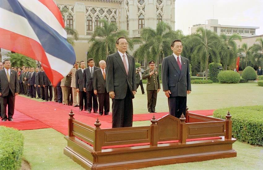 Thai Prime Minister Chuan Leekpai hosts a welcome ceremony for Prime Minister Phan Van Khai on his official visit to Thailand, May 9-12, 2000 (Photo: VNA)