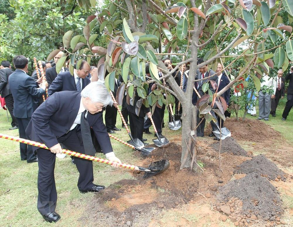 Party General Secretary Nguyen Phu Trong plants trees at the Thailand – Vietnam Friendship Village in Nakhon Phanom province during his official visit to Thailand, June 25-27, 2013 (Photo: VNA)