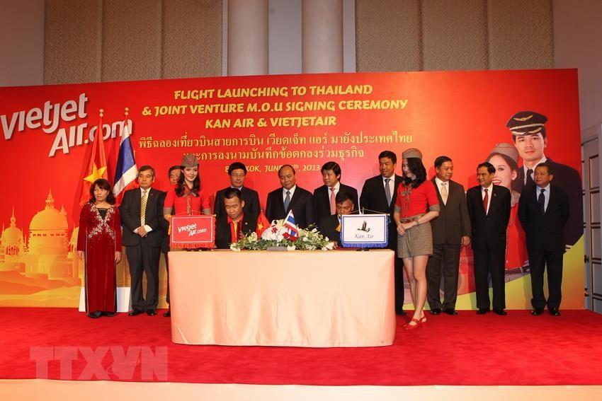 Deputy Prime Minister Nguyen Xuan Phuc attends a flight launching to Thailand and a Joint Venture MOU signing ceremony between Thailand's Kan Air and Vietjet Air, June 26, 2013 (Photo: VNA)